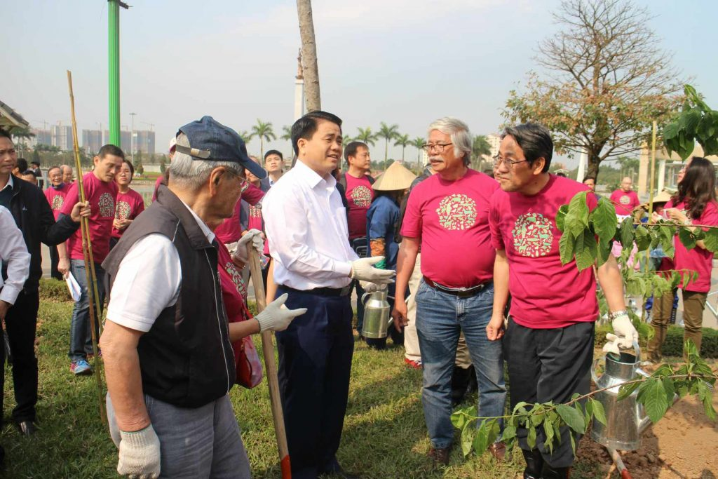 Ông Takuya Okada – Chủ tịch Quỹ Môi trường AEON (đầu tiên bên trái), ông Nguyễn Đức Chung – Chủ tịch UBND TP Hà Nội (thứ hai từ bên trái) và ông Kunio Umeda – Đại sứ đặc mệnh toàn quyền Đại sứ quán Nhật Bản tại Việt Nam (đầu tiên bên phải) cùng tham gia lễ trồng cây hoa anh đào